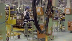 Izhevsk, Russland - 15. Dezember 2018: Arbeitskräfte auf Fließbandproduktion neuen LADA-Autos an der Autofabrik AVTOVAZ an stock video footage