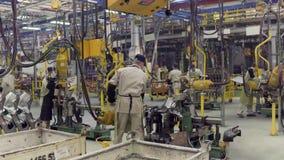 Izhevsk, Russland - 15. Dezember 2018: Arbeitskräfte auf Fließbandproduktion neuen LADA-Autos an der Autofabrik AVTOVAZ an stock footage