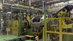 Izhevsk, Russland - 15. Dezember 2018: Automobilindustrie, Roboter auf Fließbandproduktion neuen LADA-Autos an stock video