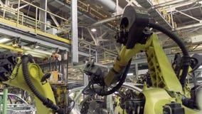 Izhevsk, Russland - 15. Dezember 2018: Automobilindustrie, Roboter auf Fließbandproduktion neuen LADA-Autos an stock video footage