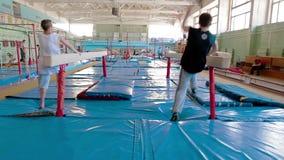 IZHEVSK, RUSSLAND - HANDELSZENTRUM 2014: stabilisierter Turner, der seine Fähigkeiten an der Turnhalle übt stock video footage
