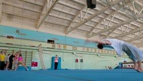 IZHEVSK, RUSSLAND - HANDELSZENTRUM 2014: Turner, der schwierige Bremsungen tut stock footage