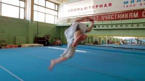 IZHEVSK, RUSSLAND - HANDELSZENTRUM 2014: Turner, der seine Fähigkeiten an der Turnhalle übt stock video