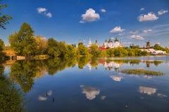 Izmailovo克里姆林宫的反射与云彩的 免版税库存图片