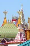 Izmailovo屋顶的, spiers,二重带头的老鹰晴天克里姆林宫 免版税库存图片