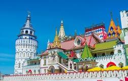 Izmailovo被仿造的屋顶和塔  库存照片