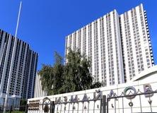 Izmailovo hotellinskrift i ryss i Moskva, Ryssland Fotografering för Bildbyråer