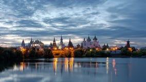 Izmailovo Kreml i Moskva på natten Fotografering för Bildbyråer