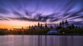 Izmailovo Kreml i Moskva på natten Arkivbilder