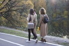 Izmailovo-Park moskau Russland 10 14 2018 Herbst Gehen Sie die Jugend im Herbstpark stockfoto