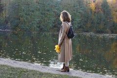 Izmailovo-Park moskau Russland 10 14 2018 Herbst Gehen Sie die Jugend im Herbstpark lizenzfreie stockfotos
