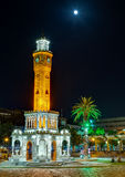 Izmir klockatorn under månskenet, Turkiet Arkivbild