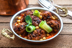 Izmir kofte - Turks traditioneel vleesballetje met kekers tomatensaus en munt Stock Fotografie