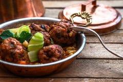 Izmir kofte - Turks traditioneel vleesballetje met kekers tomatensaus en munt Stock Foto's