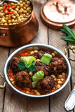 Izmir kofte, Turkse traditionele vleesballetjes in koperpan met kruidige kekers Stock Afbeelding