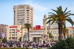 Izmir Turkiet Central Konak fyrkant med folkmassan av turister Royaltyfria Foton