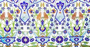 IZMIR TURKIET - JULI 31: Turkisk konstnärlig väggtegelplatta på Fatih Mosque på Juli 31, 2014 i Izmir mäktig forntida handgjord T Fotografering för Bildbyråer