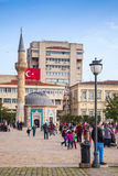 Izmir Turkiet Konak fyrkant med att gå turister Royaltyfri Foto