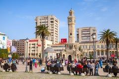 Izmir Turkiet Konak fyrkant med folkmassan av turister Arkivfoto