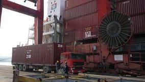 IZMIR, TURKIJE - JANUARI 2013: Vrachtschip in haven wordt vastgelegd die stock video