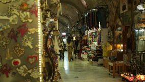 IZMIR, TURKIJE - JULI 2015: Mensen die en bij Grote bazaar van Izmir lopen winkelen stock video
