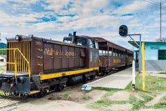 IZNAGA, CUBA - 9 DE FEVEREIRO DE 2016: Trem local na vila de Iznaga no vale de Valle de los Ingenios perto de Trinidad, Cu foto de stock royalty free