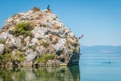 Iznik See in der Türkei Die Leute springend von der Klippe Lizenzfreies Stockfoto