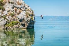 Iznik See in der Türkei Die Leute springend von der Klippe Lizenzfreie Stockfotos