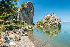 Iznik See in der Türkei Die Leute springend von der Klippe Stockbild