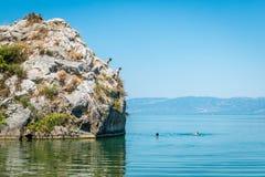 Iznik See in der Türkei Die Leute springend von der Klippe Lizenzfreies Stockbild