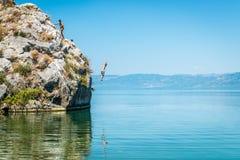 Iznikmeer in Turkije Mensen die van klip springen Royalty-vrije Stock Foto's