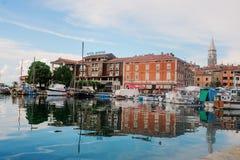 Izola, Slovenië - September 10, 2015: Hoteljachthaven, stad en overzeese mening Stock Foto's