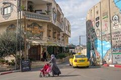 Izolujący Z Hotelowego ustawiania i dekorujący sławnym artystą Banksy blisko separacyjnej ściany w Zachodnim banku, Palestyna zdjęcia stock