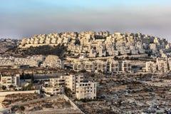 Izrael Betlejem, widok od wysokiego punktu widok nad częścią Betlejem z nowym budynkiem Jerozolima przy końcówką zdjęcie stock