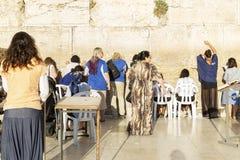 Izrael, Jerozolima, 09/11/2016 Wierzący przy Wy ścianą w Jerozolima zdjęcia royalty free
