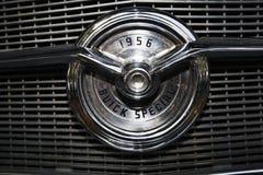 IZRAEL, PETAH TIQWA - MAJ 14, 2016: Wystawa techniczni antyki Buick dodatku specjalnego 1956 samochodowy emblemat w Petah Tiqwa,  Obraz Stock