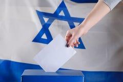 Izraelicka kobieta głosuje przy lokalem wyborczym na dzień wyborów fotografia stock