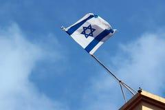 Izraelita flaga na dachu przeciw niebieskiego nieba tłu Obraz Royalty Free