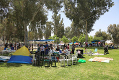 Izraelita outdoors gotuje BBQ w parku w Piwnym Sheba świętuje Izrael ` s Rocznego dzień niepodległości Zdjęcia Stock