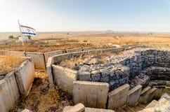 Izraelity chorągwiany latanie nad fortyfikacjami przy Tel Saki w Izrael wzgórze golan zdjęcie royalty free