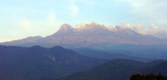 Iztaccihuatl wulkan z chmurami Obrazy Stock