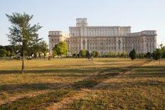 Izvor parkerar nära parlamentslotten, Bucharest, Rumänien Arkivfoton