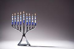 Jánuca Menorah con las velas del Lit imagen de archivo