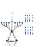 Jánuca: Menorah con las velas separadas al lado fotos de archivo
