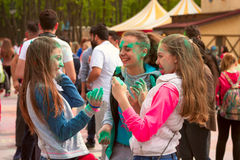 Járkov, Ucrania - 24 de abril de 2016 Grupo de muchachas felices en festival del holi Imagenes de archivo