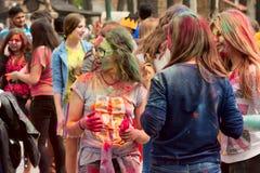 Járkov, Ucrania - 24 de abril de 2016 Grupo de muchachas felices en festival del holi Foto de archivo libre de regalías