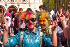 Járkov, Ucrania - 24 de abril de 2016 Grupo de muchachas felices en festival del holi Foto de archivo