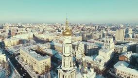 Járkov, Ucrania - 13 de diciembre de 2016: Antena del paisaje urbano cubierta con la nieve, iglesia Uspenkii Sobor almacen de metraje de vídeo