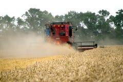 JÁRKOV, UCRANIA - 12 DE JULIO DE 2011: Cosecha del campo de trigo en Járkov Oblast en la Ucrania Imagen de archivo libre de regalías