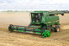 JÁRKOV, UCRANIA - 12 DE JULIO DE 2011: Cosecha del campo de trigo en Járkov Oblast en la Ucrania Foto de archivo libre de regalías